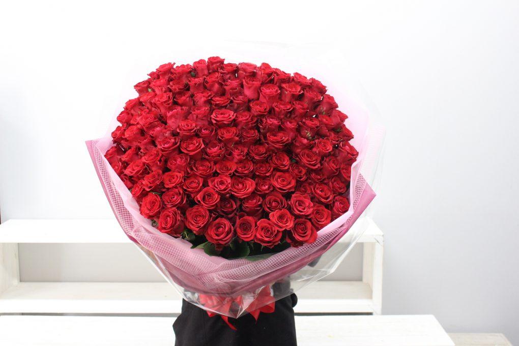 赤いバラ108本の花束