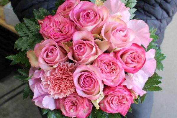春のお花でバラメインアレンジメント