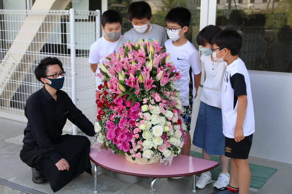 小学校への支援としてお花をプレゼント
