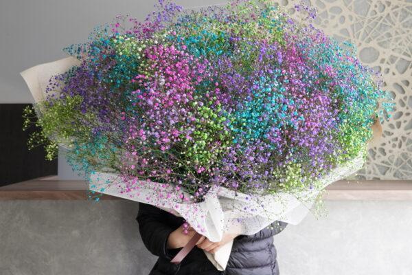 プロポーズに人気の染めかすみ草のレインボー花束