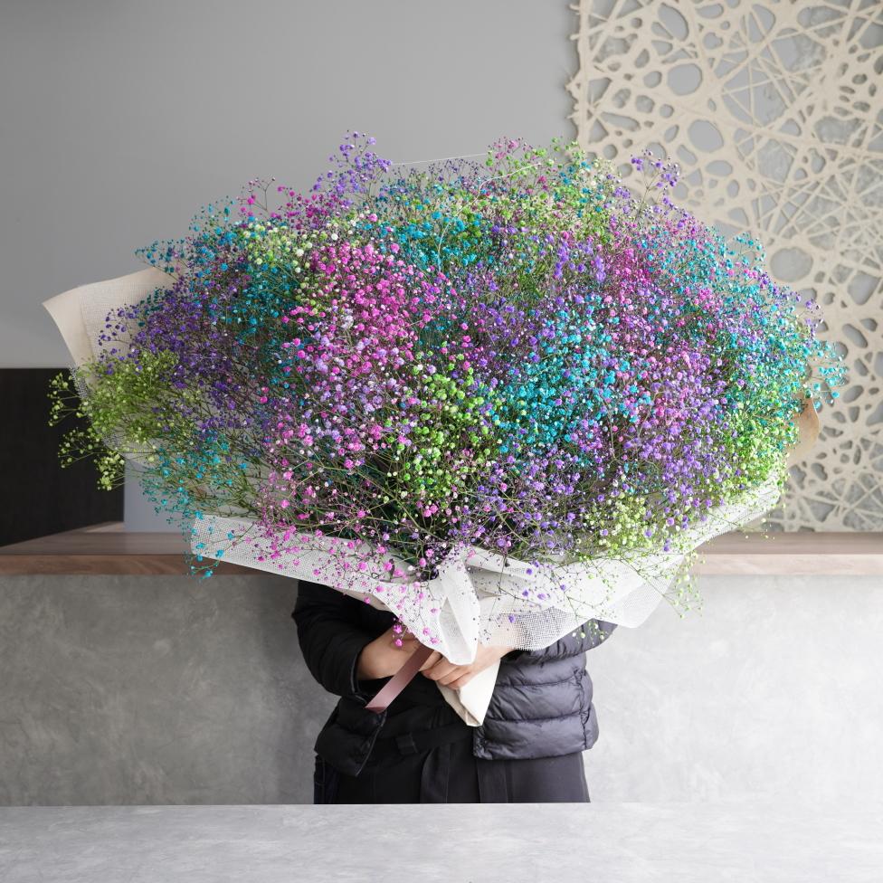 染野めのかすみ草をたっぷり使用したプロポーズに人気のレインボー花束です。
