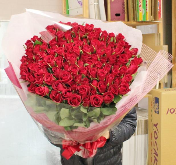 プロポーズの赤いバラ100本の花束