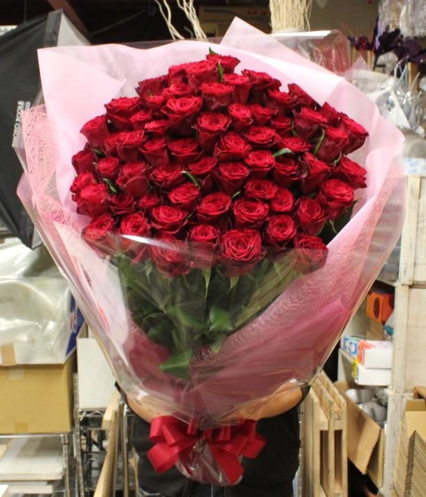 """お誕生日のお祝いに最高級赤バラ""""アマダ""""60本の花束"""