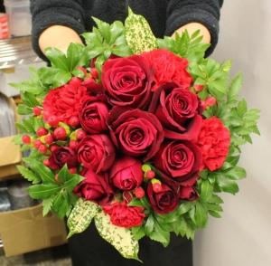 お誕生日お祝いに赤いバラのバラメインアレンジメント