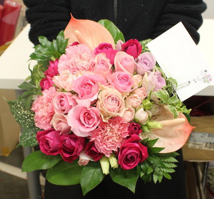 梅田に配達のお誕生日祝いピンクバラアレンジメント