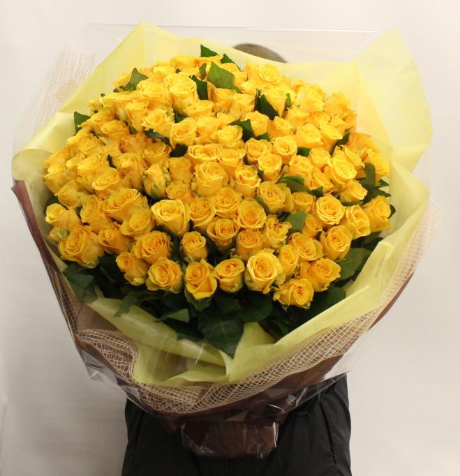 プロポーズに黄色バラ108本の花束