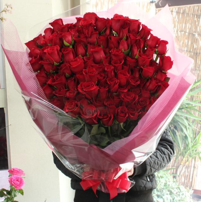 梅田で挙式のご結婚式の二次会で贈るサプライズ・プロポーズの赤いバラ99本の花束