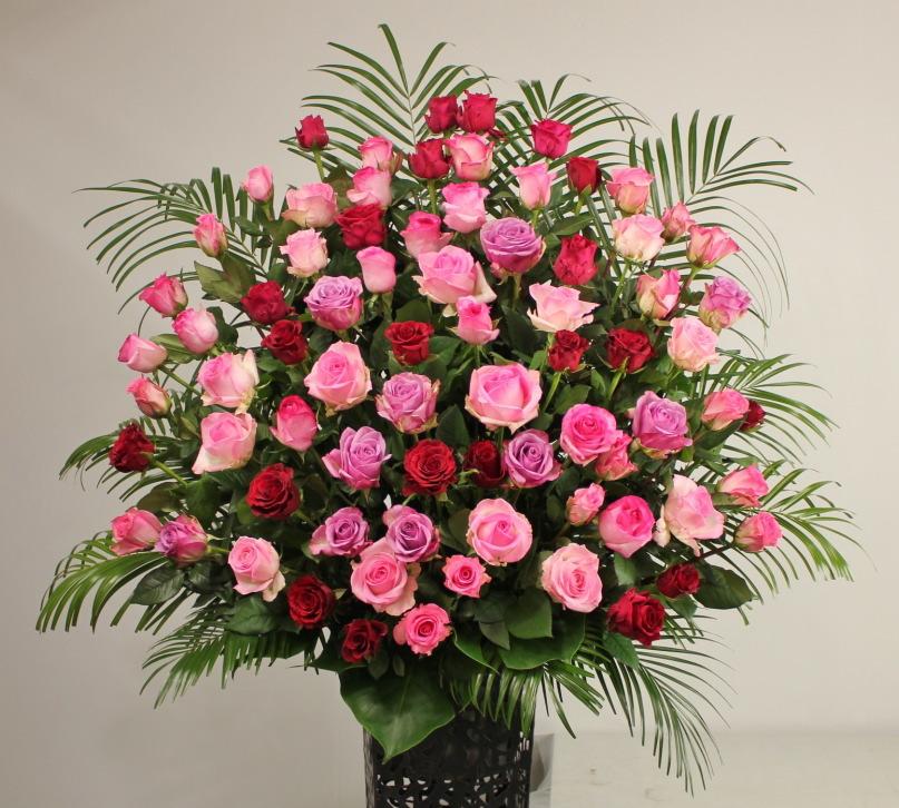 大阪市中央区にある心斎橋MUSEに配達のスタンド花・フラワースタンドです。バラのみをふんだんに使用しています。