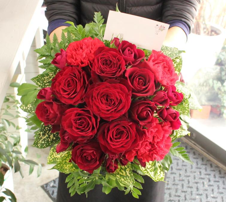赤いバラがメインのラウンドアレンジメント