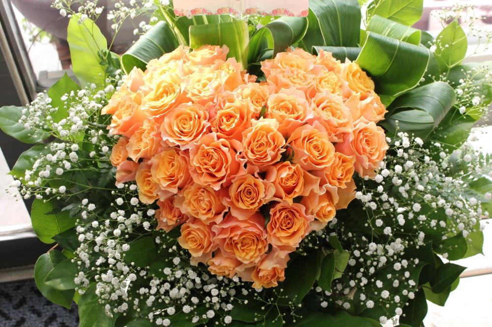 オレンジのバラでハートの形のアレンジメント
