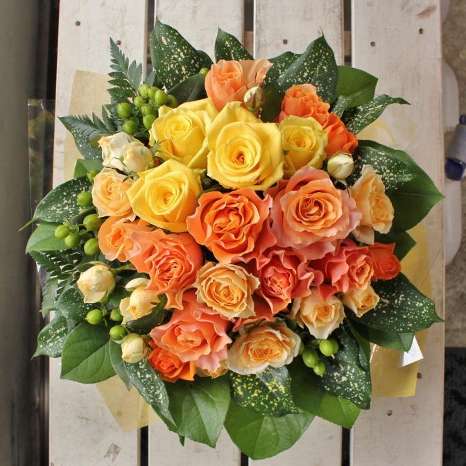 ビタミンカラーのバラがメインのアレンジメント