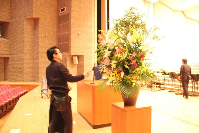 吹田メイシアター大ホールで式典のスタンド花